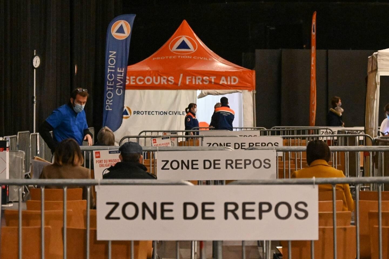 Des personnes se reposent après avoir été vaccinées contre le Covid-19 le 7 avril 2021 dans un centre de vaccination établi au Zénith de Lille