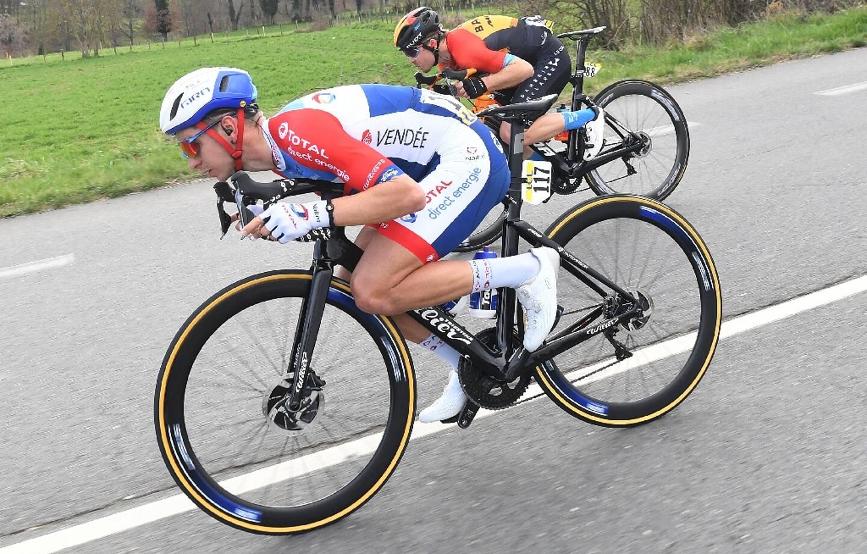 Le Français Anthony Turgis (g) et le Slovène Jan Tratnik, lors de la 5e étape de Paris-Nice, le 12 mars 2020 entre Gannat et La Côte Saint-André