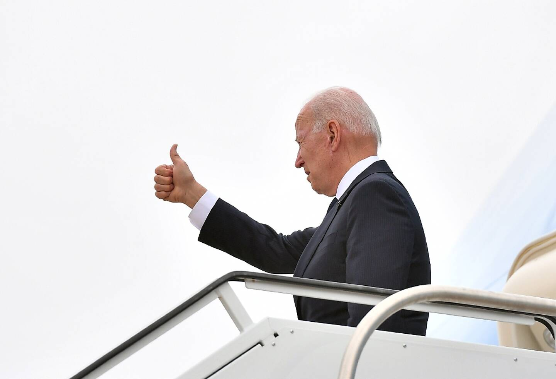 Le président américain Joe Biden embarque à bord d'Air Force One à Tulsa, dans l'Oklahoma, le 1er juin 2021