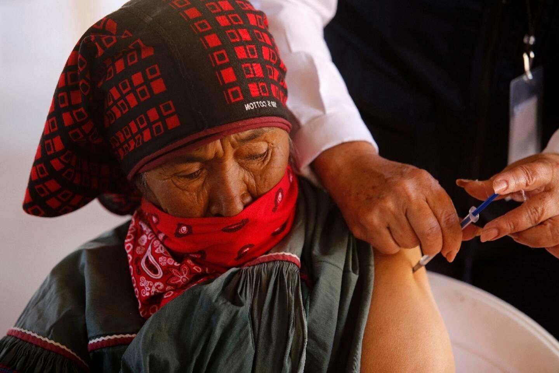 Une femme du peuple autochtone Wixarica se fait injecter une dose du vaccin CanSino Biologics contre le Covid-19 à Nuevo Colonia, au Mexique le  16 avril 2021.