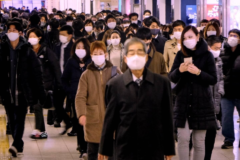 Des Japonais dans une gare à l'heure de pointe matinale, le 7 janvier 2020 à Tokyo