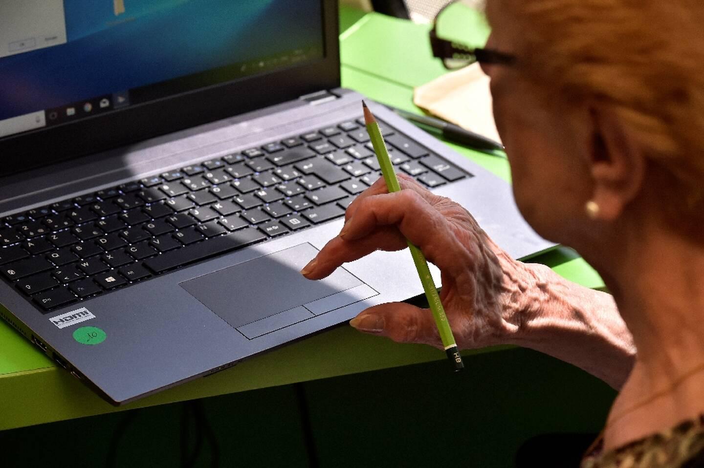 """4,1 millions de Français de 60 ans et plus """"n'utilisent jamais internet, surtout les plus âgés et les plus modestes"""", selon l'association Les petits frères des pauvres"""