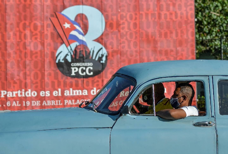 Une vieille voiture américaine face à une affiche du 8e congrès du Parti communiste cubain, à La Havane le 6 avril 2021