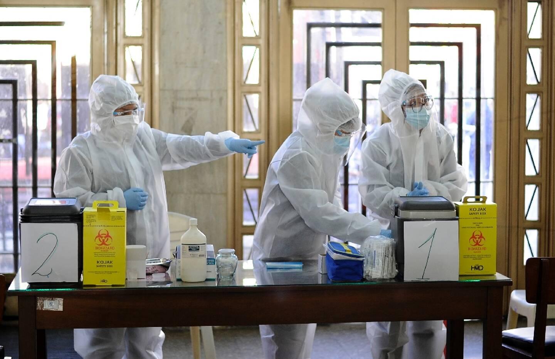 Des infirmiers se préparent à administrer le vaccin russe Spoutnik V contre le Covid-19, à la faculté de médecine de l'Université San Andres (UMSA) à La Paz, le 27 avril 2021