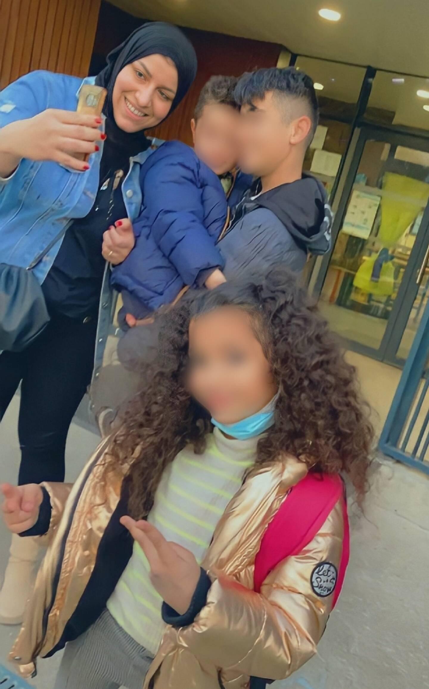 Reproduction faite le 5 mai 2021 d'une photo de famille montrant Chahinez (G), une femme de 31 ans brûlée vive par son mari à Mérignac, près de  Bordeaux