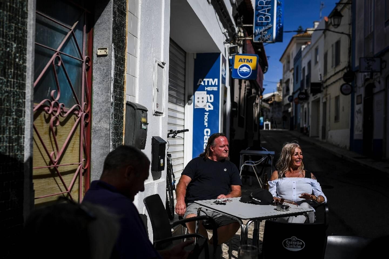 Des touristes à la terrasse d'un restaurant à Portimao, au Portugal, le 17 mai 2021