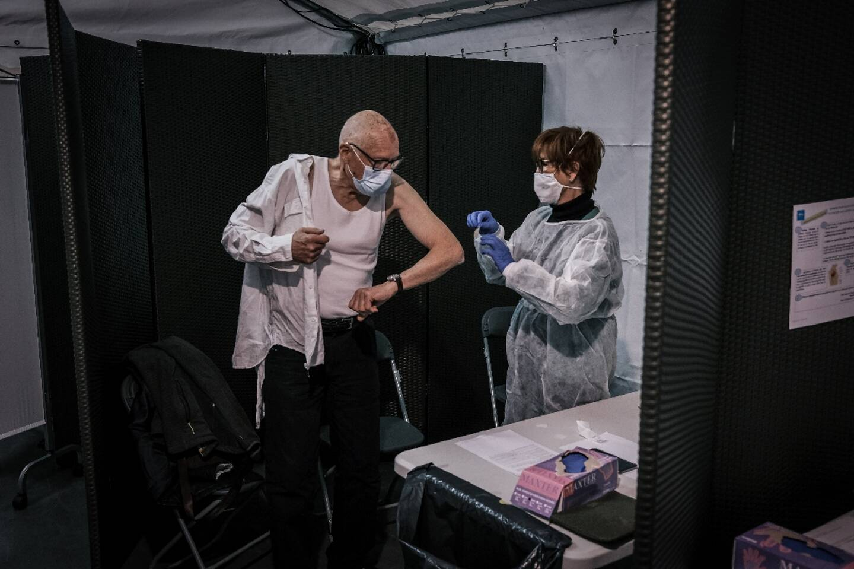 Un homme est vacciné contre le Covid à Lyon, le 14 janvier 2021