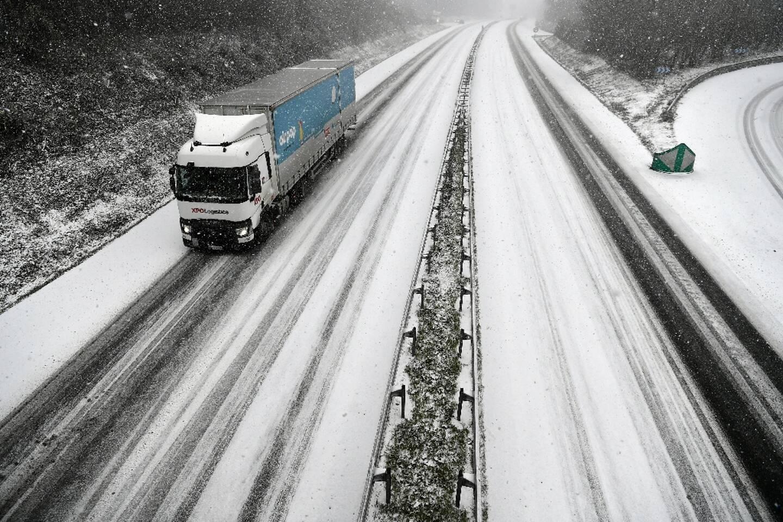 Un camion sur une route enneigée à Plomelin, dans le Finistère, le 11 février 2021