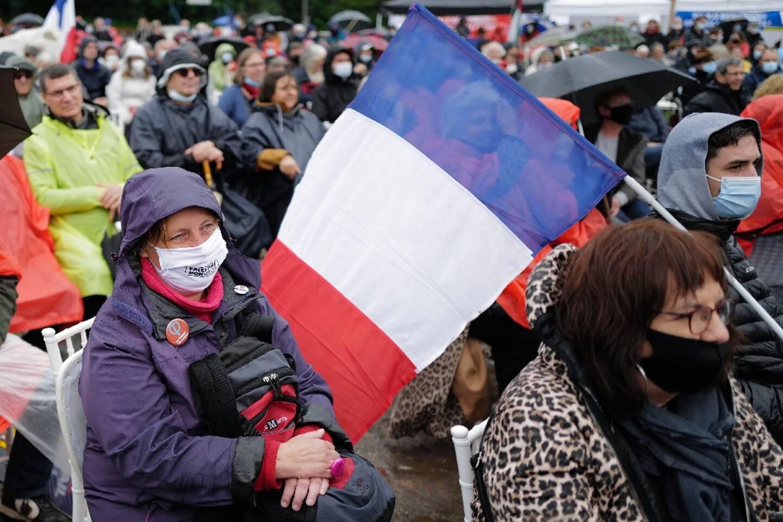 Des soutiens de la France Insoumise écoutent le leader Jean-Luc Mélenchon, candidat à l'élection présidentielle de 2022, à Aubin, le 16 mai 2021