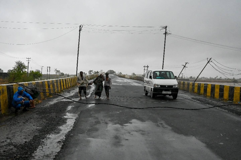 Des câbles électriques tombés au sol sur un pont de Diu, après le passage du cyclone Tauktae, le 18 mai 2021 en Inde