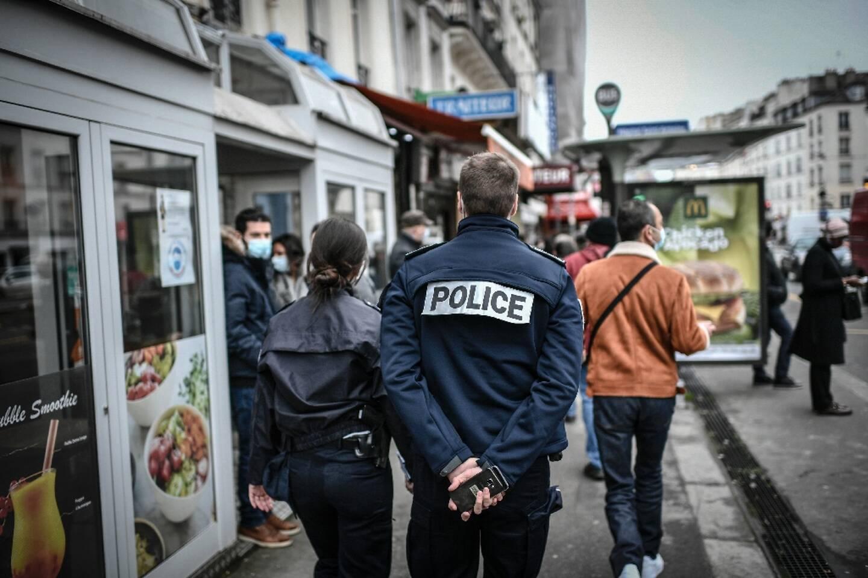 Patrouille de police dans les rues de Paris le 3 février 2021 pour vérifier le respect des règles dans le cadre de la crise sanitaire