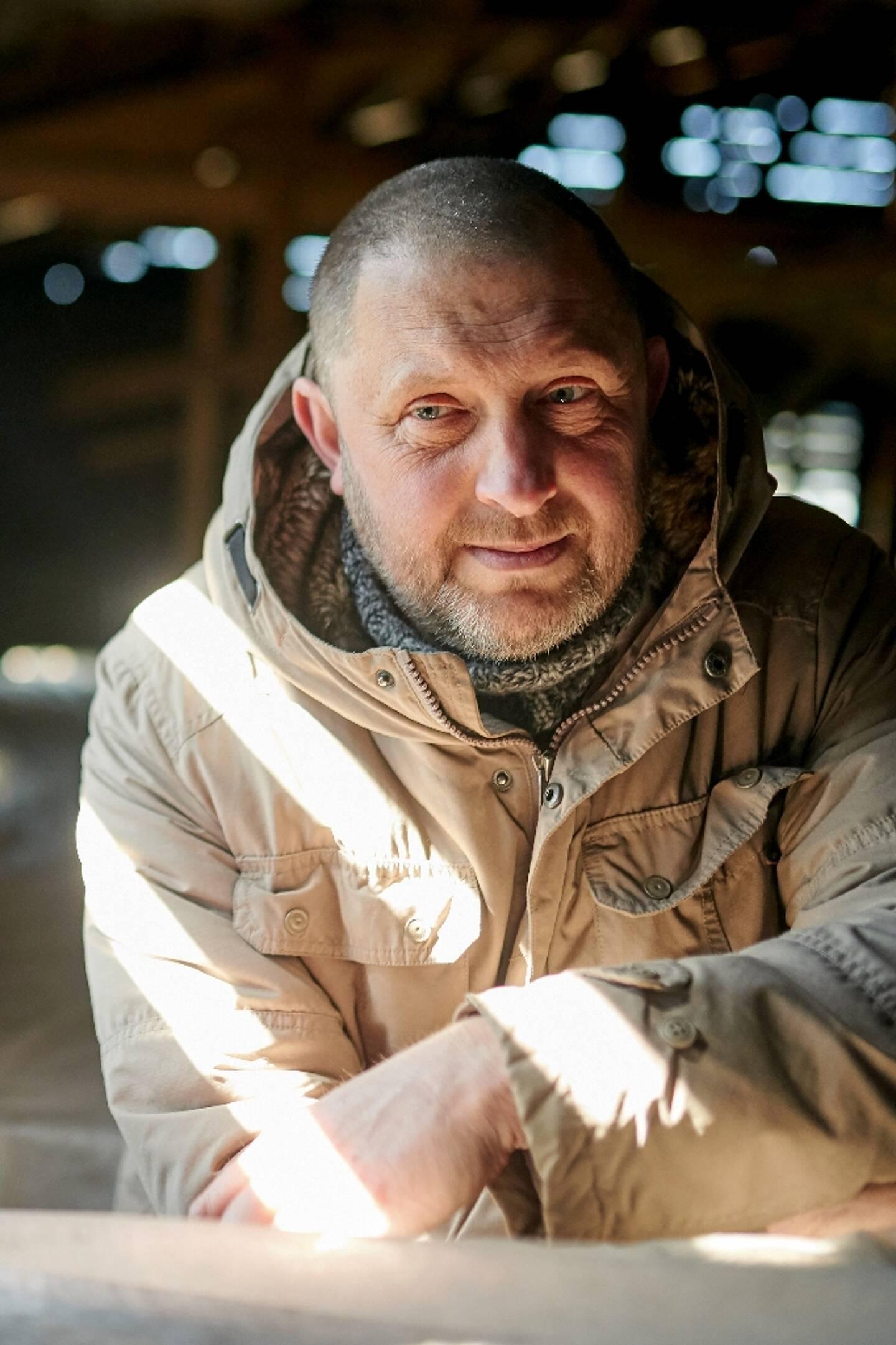 Dagmar Kopijasz, initiateur du projet de restauration  de  l'ancienne cantine de Auschwitz-Birkenau,  pose dans ce lieu le 9 avril 2021