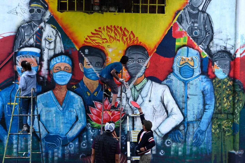 Peinture murale illustrant la lutte contre le Covid-19 à Kathmandu, 10 juin 2021
