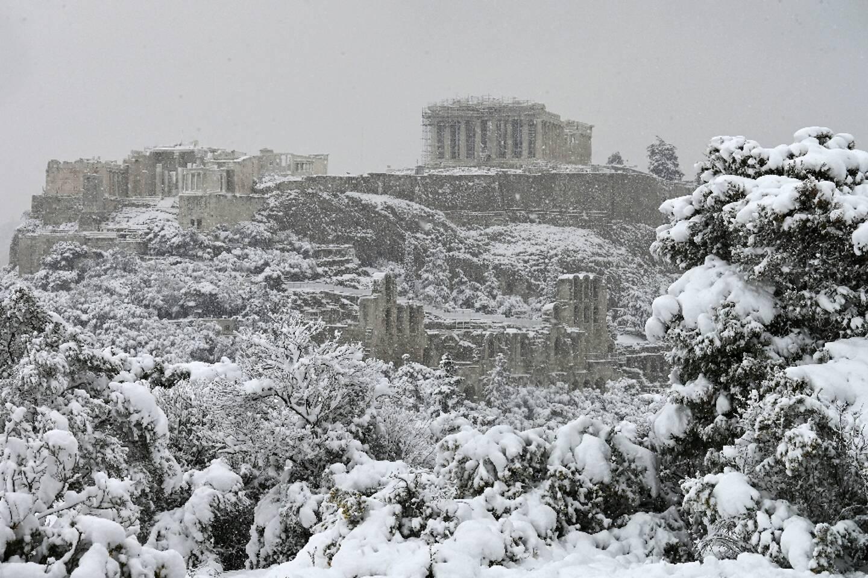 Le Parthénon, au sommet de l'Acropole recouverte de neige à Athènes le 16 février 2021