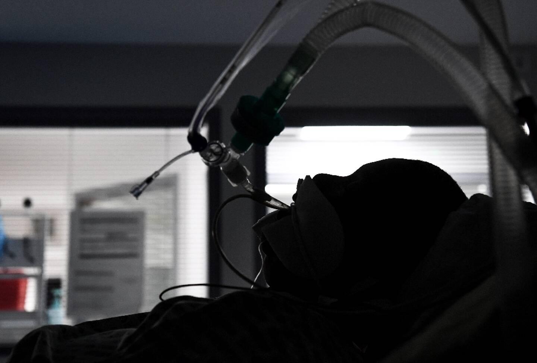 Un malade en soins intensifs à l'hôpital de Colombes près de Paris le 4 mai 2021