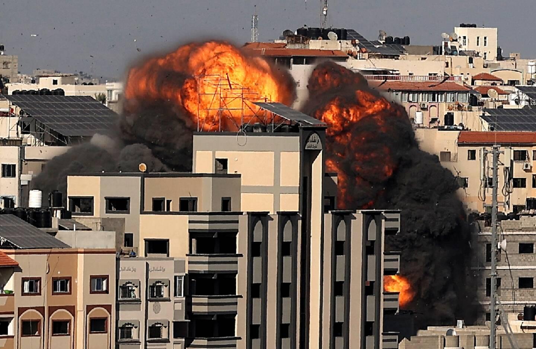 Un nuage de fumée noire s'élève après une frappe israélienne à Gaza City le 14 mai 2021