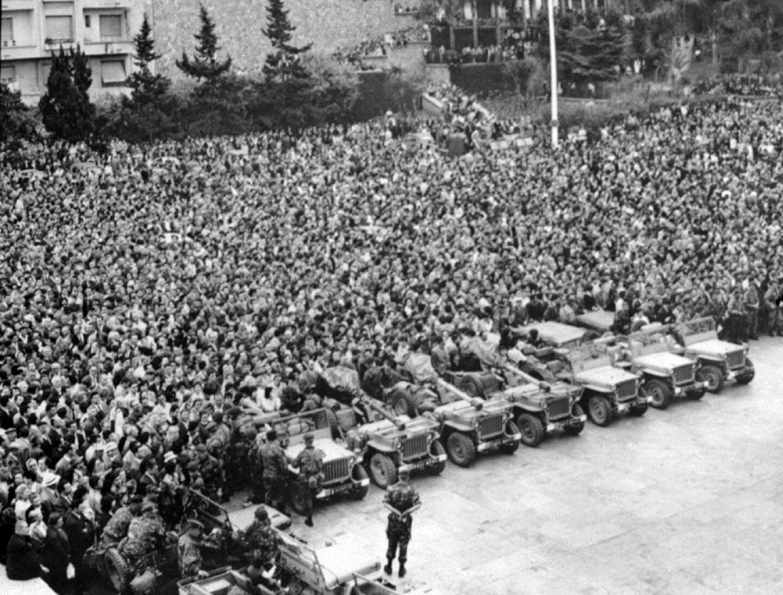 Des milliers d'Algérois massés devant la Délégation générale, le 24 avril 1961 à Alger, écoutent un discours des généraux putschistes