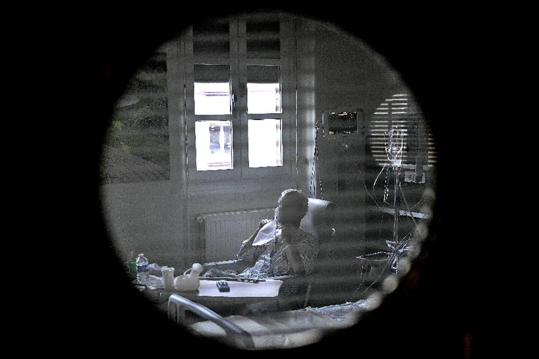 Un patient atteint du Covid-19 dans sa chambre de l'hôpital Cochin de l'AP-HP, à Paris, le 18 mars 2021