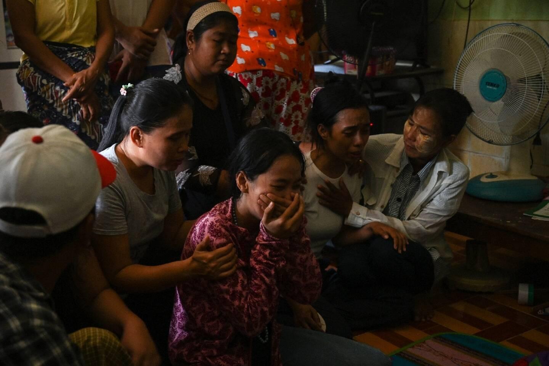 La famille d'un manifestant abattu par les forces de sécurité, à Rangoun (Birmanie) le 11 mars 2021.