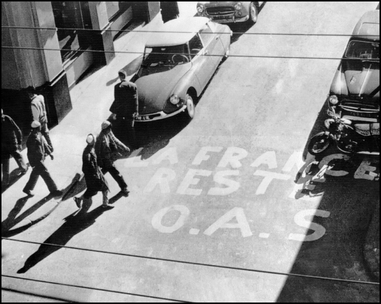 """Un message signé de l'OAS """"La France reste"""", peint sur le sol d'une rue du centre d'Alger, le 1er janvier 1961"""