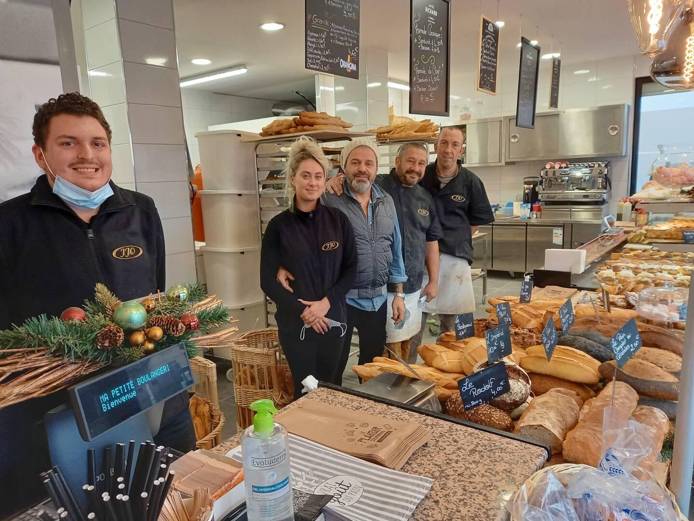 L'équipe entourant José Ornetti (au centre): ses deux enfants Lucas et Charlotte, Régis le boulanger et Yves le pâtissier.