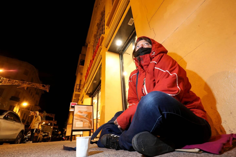 Pour Magda, qui fait la manche devant un magasin à Saint-Raphaël, l'avancée du couvre-feu à 18 heures va engendrer un manque à gagner.