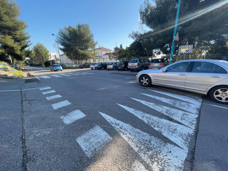 Un homme de 92 ans est décédé, percuté par un véhicule sur ce ralentisseur. La conductrice, qui circulait à faible allure, aurait été éblouie par les véhicules en sens inverse et n'aurait pas vu le piéton.