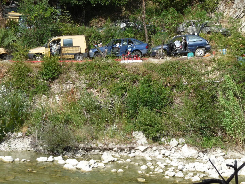 À l'origine, Reda Benjelloun a déposé ces voitures (ici en 2013) pour contester un droit de passage, provoquant l'enclavement d'autres propriétaires.(DR)