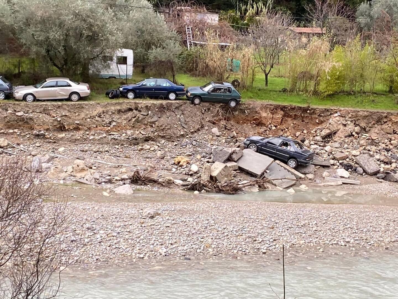À la suite d'un effondrement des berges, une des voitures est tombée dans le lit de la rivière. D'autres menacent de le faire.(DR)