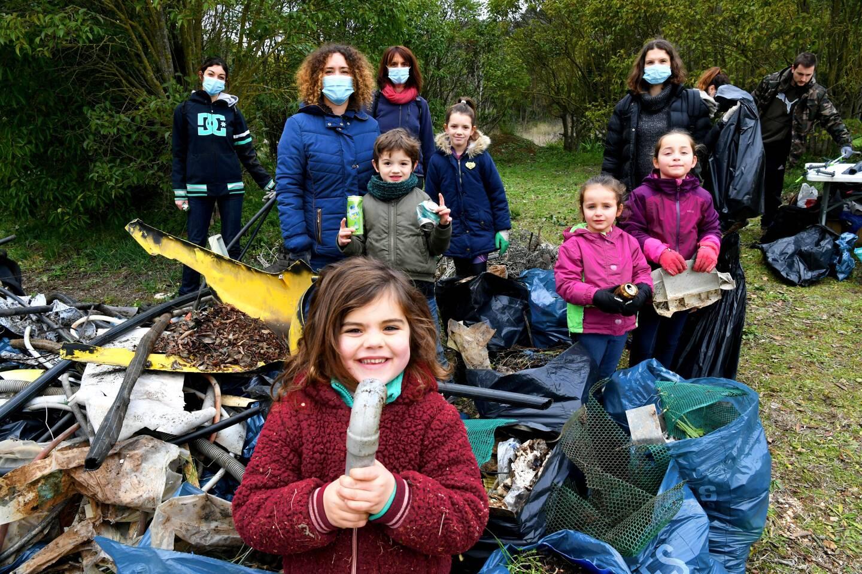 Les enfants étaient nombreux à prendre part à l'opération de ramassage des déchets sur les 2 hectares du terrain de l'ex-camping municipal.