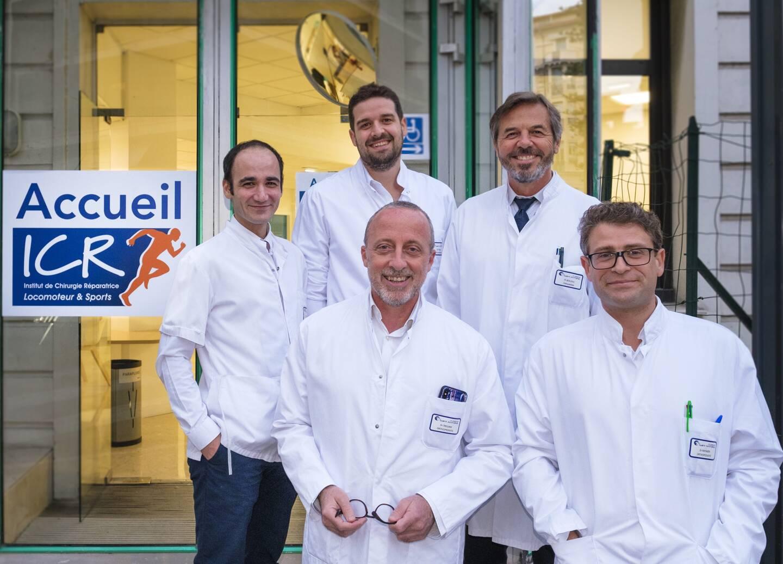 De gauche à droite : les Drs Mikaël Chelli et Vincent Lavoué, les Prs Christophe Trojani (premier plan), Pascal Boileau et le Dr Jean-Luc Raynier devant l'entrée de l'ICR.