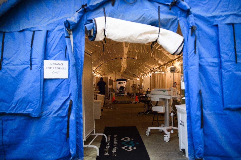 Une tente a été dressée pour l'accueil des patients du Covid-19 devant l'entrée du Martin Luther King Jr. Community Hospital, le 6 janvier 2021 à Los Angeles (Californie)
