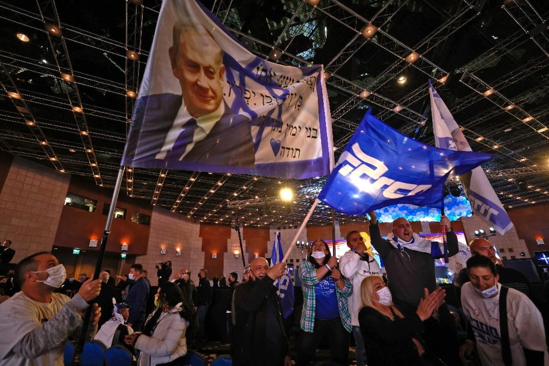 Des partisans de Benjamin Netanyahu au quartier général du Likoud, son parti, le 23 mars 2021 à Jérusalem