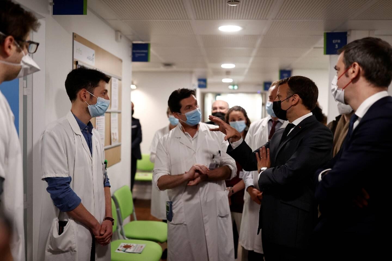 Emmanuel Macron et Olivier Véran visitent l'hôpital Foch à Suresnes dans les Hauts-de-Seine, le 22 avril 2021