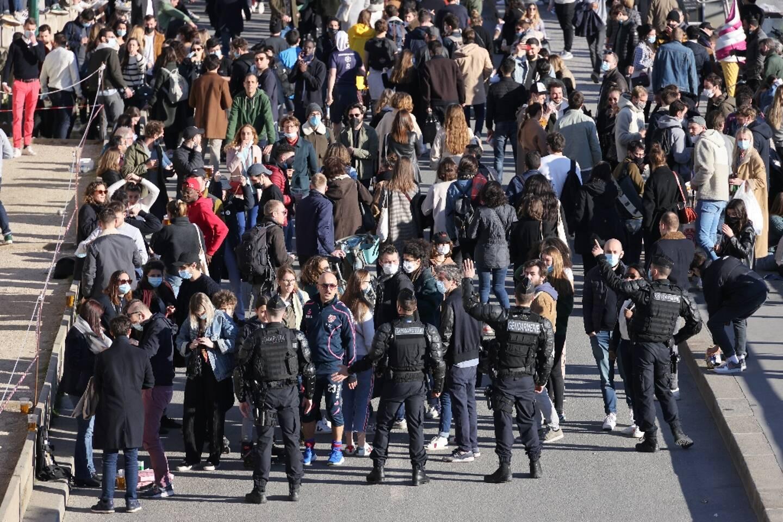 Foule sur les quais de Seine à Paris, le 27 février 2021. Des policiers et gendarmes ont bloqué l'accès aux rives et fait respecter le port du masque et le couvre-feu