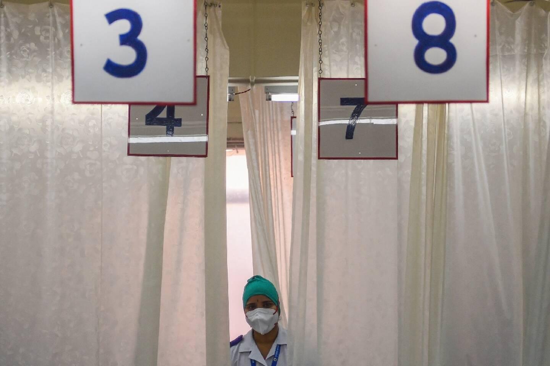 Un membre du personnel médical se tient dans un centre de vaccintation à Mumbai en Inde, le 16 février 2021