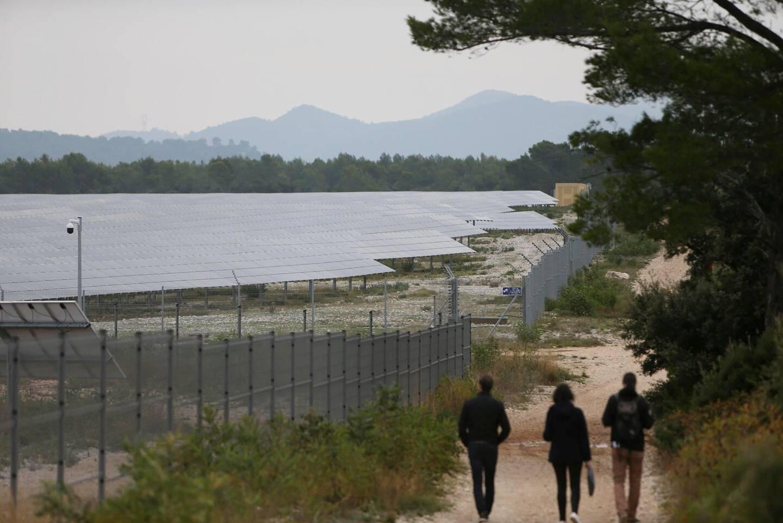 Une centrale photovoltaïque récemment sortie de terre, aux abords du circuit du Castellet.