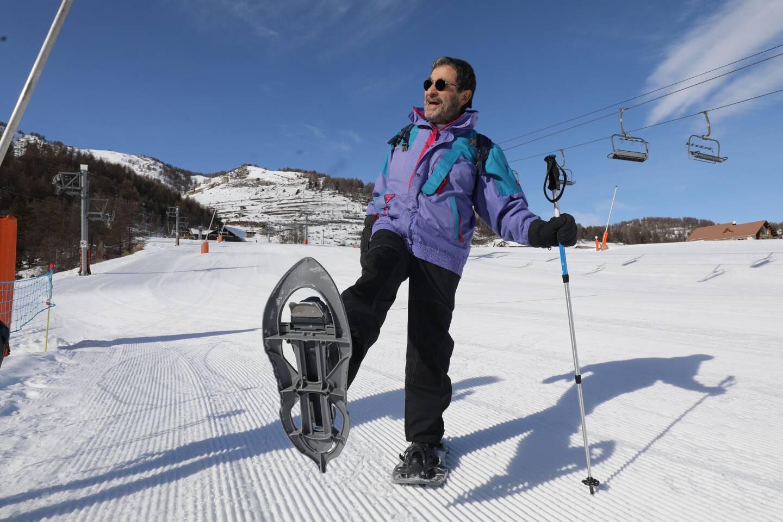 À Auron, les jeunes en club comptent parmi les rares privilégiés à skier. D'autres, comme Christian Martin, se consolent en raquettes.