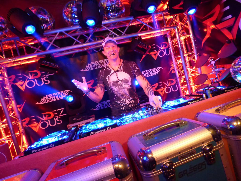 Greg Maire, alias Gregos revêt chaque samedi soir, ses habits de DJ pour réveiller la nuit.