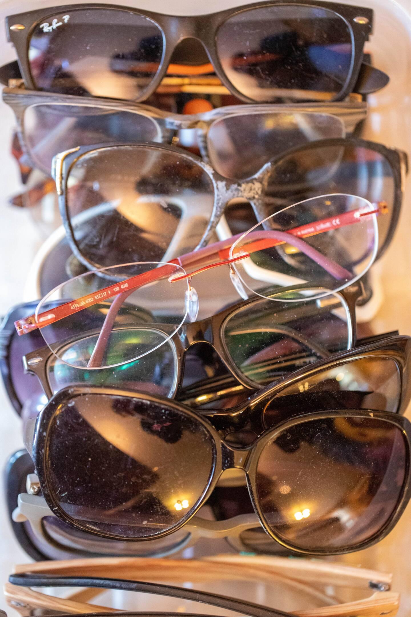 Des lunettes par dizaines.