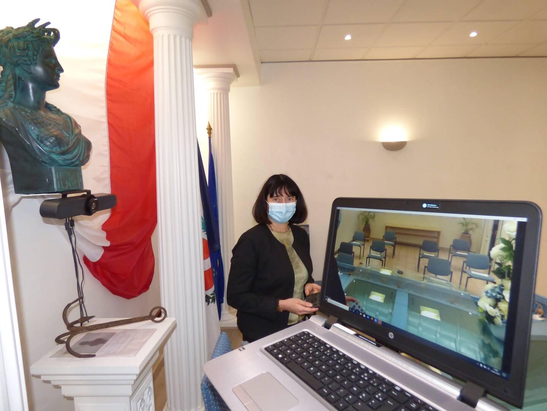 Au Cros, une caméra a été fixée sous le buste de Marianne. Elle est reliée à un ordinateur avec un accès à l'application Zoom.