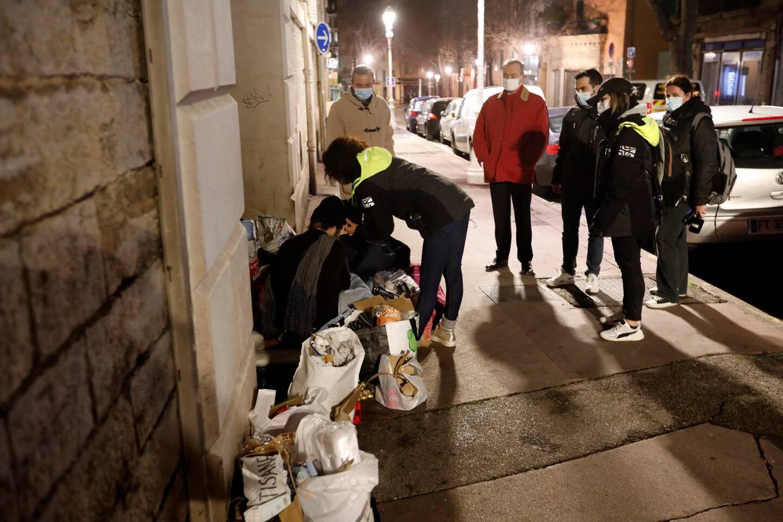 L'équipe mobile précarité santé sillonne les rues de la métropole.
