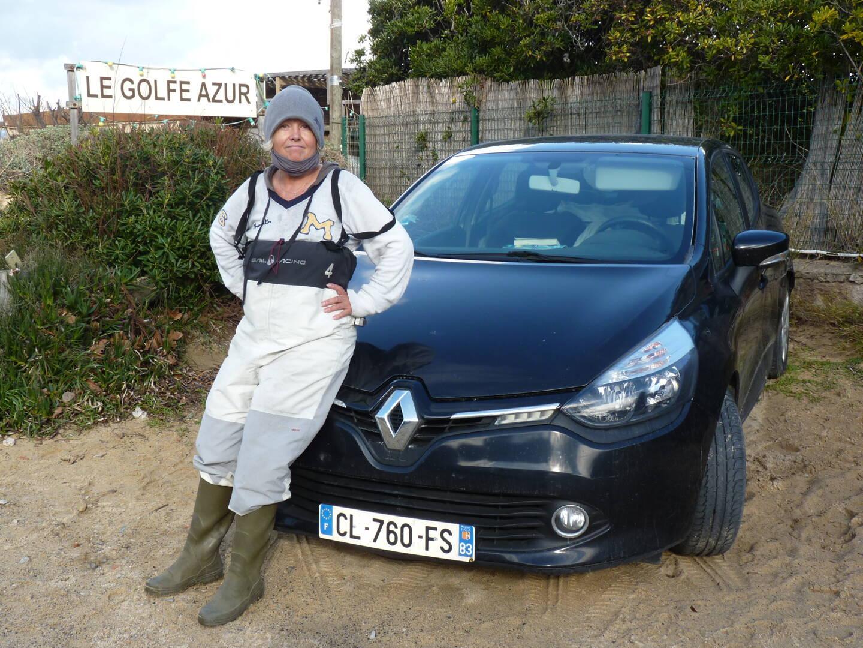 Catherine Francoz, née Lalande, devant sa voiture qui lui sert d'abri pour dormir.