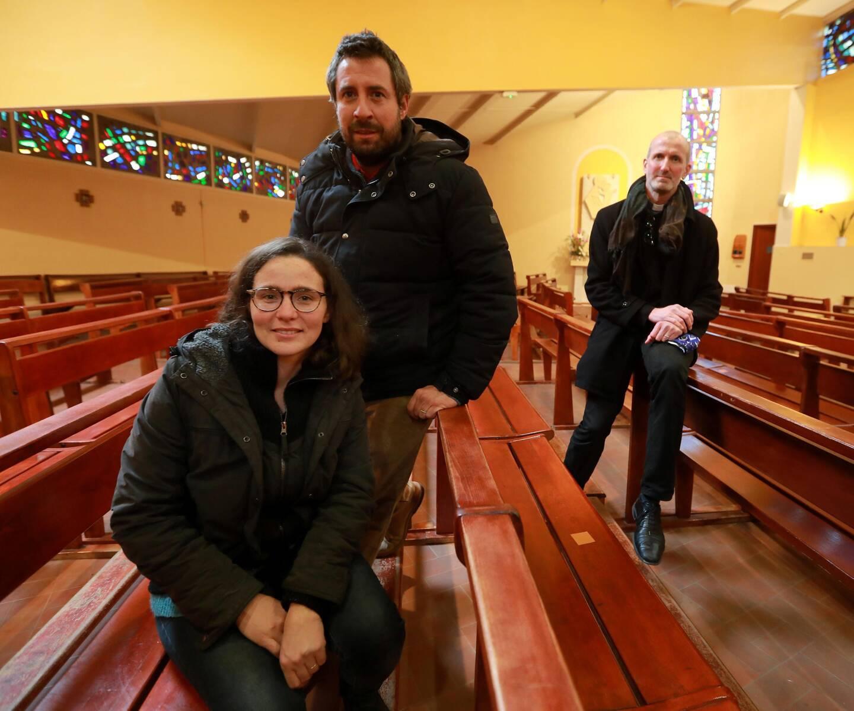 Avec le soutien du père Benoît Moradei (à dr.), Sophie et Pierre Mosser veulent rassembler les habitants du Pyanet, croyants ou pas.