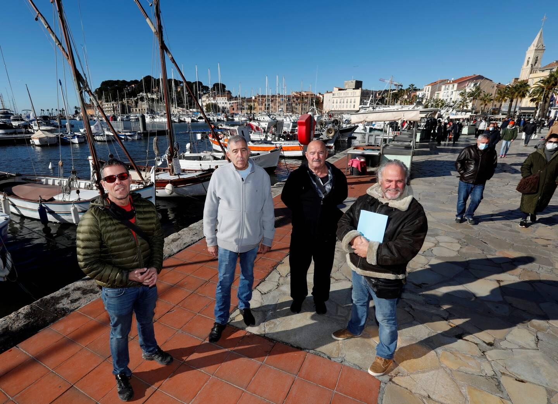 (De g. à d) Pierre Morera, président du comité des pêches du Var, Jean-Michel Cei, Nicolas Radulovic et Angelo Gallo, pêcheurs pensionnés à qui la mairie demande de payer leur place dans le port.