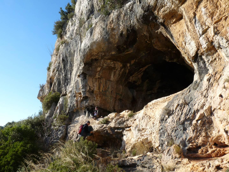 La grotte Chélo, malheureusement souillée par des visiteurs irrespectueux, renferme des peintures pariétales.