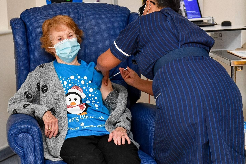 La Britannique Margaret Keenan reçoit la première dose du vaccin Pfizer/BioNtech, le 8 décembre 2020 à l'hôpital de Coventry, au Royaume-Uni