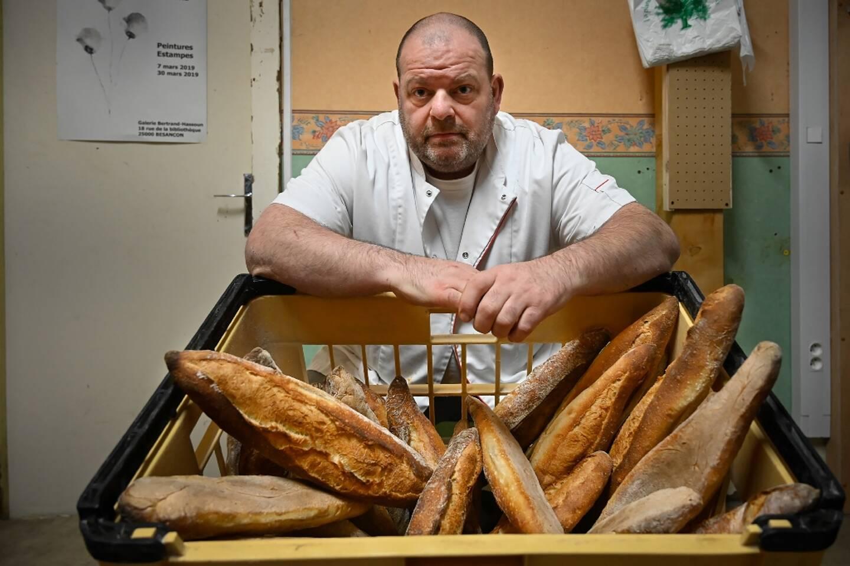 Le boulanger Stéphane Ravacley qui a obtenu la régularisation de son apprenti guinéen au prix d'une grève de la faim pose devant ses pains, le 6 janvier 2021 à Besançon (Doubs)
