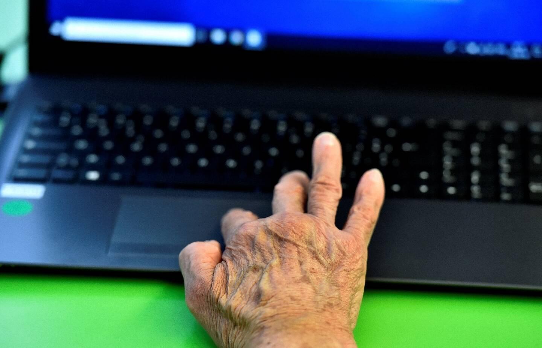 Pour beaucoup d'aînés, le numérique a permis de rétablir des contacts pendant le confinement, selon une étude publiée en juin par Les petits frères des pauvres