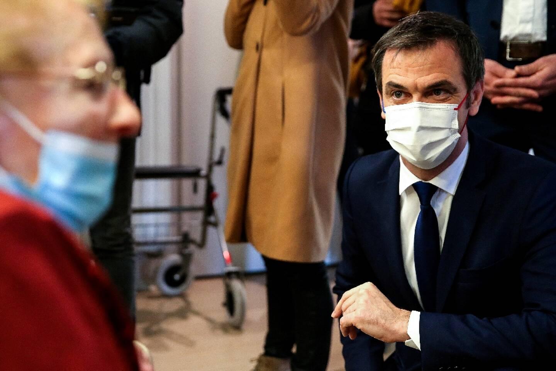Le ministre de la Santé Olivier Véran en visite dans un Ehpad à Troyes le 15 janvier 2021)